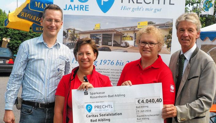 Von links: Andreas Prechtl übergibt einen Scheck in Höhe von 4040,40 Euro an die stellvertretenden Pflegedienstleiterinnen der Caritas, Monika Brunner und Brigitte Pronberger, im Beisein von Bürgermeister Felix Schwaller anlässlich des Firmenjubiläums.