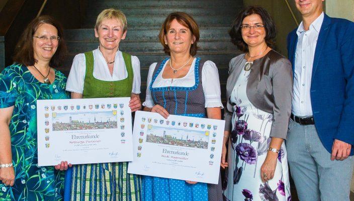Monika, Andreas und Petra Prechtl ehren Burgi Purainer und Heidi Hassmüller für ihre 45-jährige Treue zum Unternehmen.