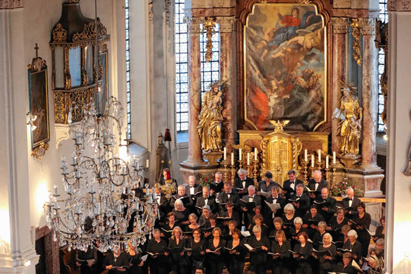 Die Chorgemeinschaft Mariä Himmelfahrt und das Collegium Musicum Prien in der Pfarrkirche.