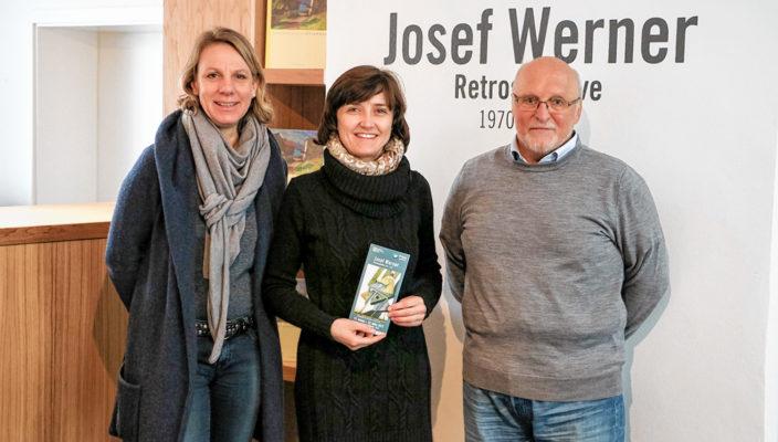 Die beiden Galeriemitarbeiter Sabine Strasser-Schnebel, links, und Rainer Winzek, rechts im Bild, werden offiziell von Andrea Hübner, Geschäftsführerin der Prien Marketing GmbH begrüßt.