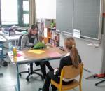 Auch an anderen Mittelschulen organisieren die Jugendsozialarbeiter von Pro Arbeit Rosenheim e.V. die Bewerbungsplanspiele. Hier zu sehen Vertreter der Ausbildungsbetriebe WEKO, Metallbau Wölfl & Schnaubelt sowie Schattdecor an der Maria-Caspar-Filser Mittelschule Brannenburg im Gespräch mit Schülern