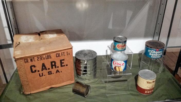 CARE-Pakete sind nach dem Ende des Zweiten Weltkrieges im Rahmen von amerikanischen Hilfsprogrammen nach Europa geschickt worden.