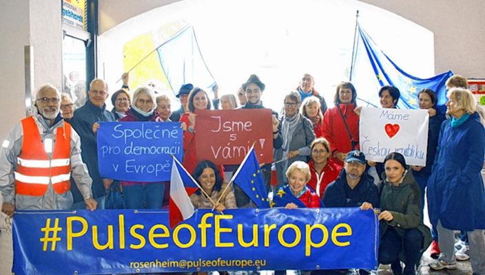 """Macht sich für Europa stark: Die Bewegung """"Pulse of Europa"""" in Rosenheim erhielt zuletzt Verstärkung aus Tschechien. Foto: re"""