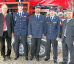 Von links: Landrat Wolfgang Berthaler, die Kommandanten Jörg Benkel (Flintsbach) und Stefan Zimmermann (Aham), Kreisbrandrat Richard Schrank und Flintsbachs Bürgermeister Stefan Lederwascher. Foto: re