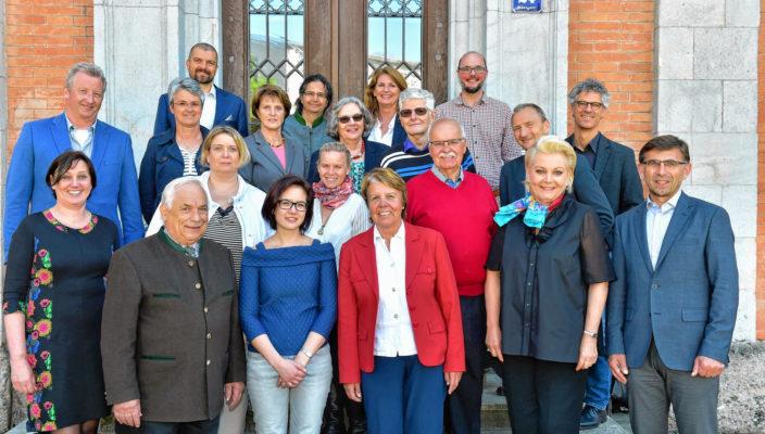 Oberbürgermeisterin Gabriele Bauer, vorne Zweite von rechts, weiß die Arbeit der Qualipaten von Pro Arbeit zu schätzen. Sie traf sich mit ihnen sowie weiteren Beteiligten, um dies zu unterstreichen, links im Bild die Projektkoordinatorin Elke Ehlers. Foto: re