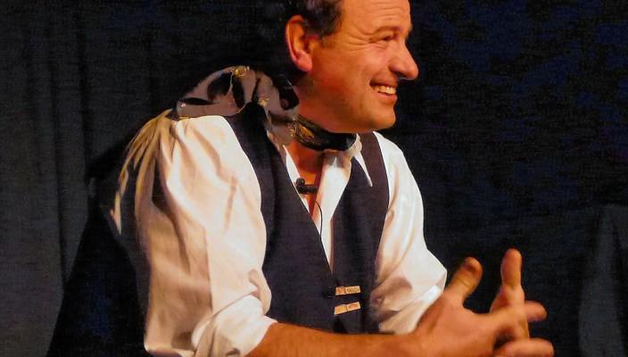 Pfarrer Rainer Maria Schießler auf der Bühne im Lok- schuppen. Foto: Jacobi