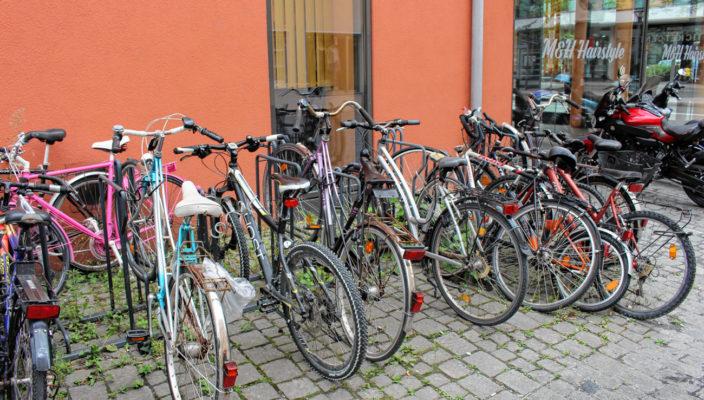 Wer an diesem Ständer sein Rad abstellen will, wird regelmäßig enttäuscht. Bis zu 15 Zweiräder stehen hier, viele davon schon monatelang.