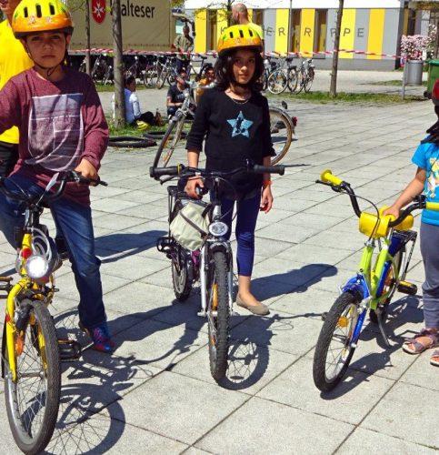 Sie sind stolz auf ihr erstes eigenes Fahrrad. Foto: re