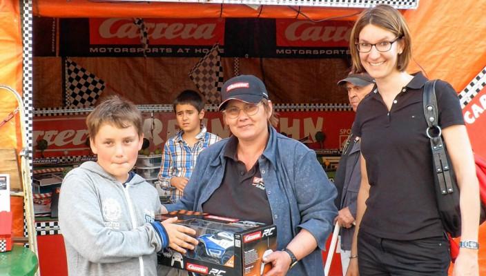 Sabrina Obermoser, Rosenheims Citymanagerin (rechts) und Maria Werner gratulierten Raphael (links).