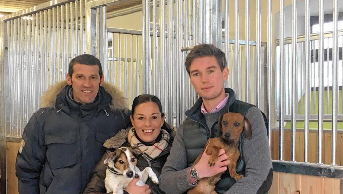 Von links: Peter und Tanja Koll und Stephan Wurm von der Reitsportanlage Rauch im Holz.