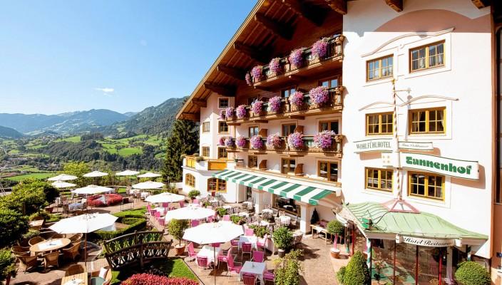 Die Gäste des Alpinen-Lifestyle-Hotels Tannenhof im Alpendorf finden hier das perfekte Umfeld für einen entspannenden Urlaub ... jeder Zweite nächtigt kostenlos.
