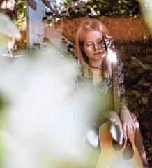 Die 19-jährige Eva Niedermeier ist im deutschsprachigen Raum sowohl als Slam-Poetin als auch als Musikerin und Liedermacherin bekannt.