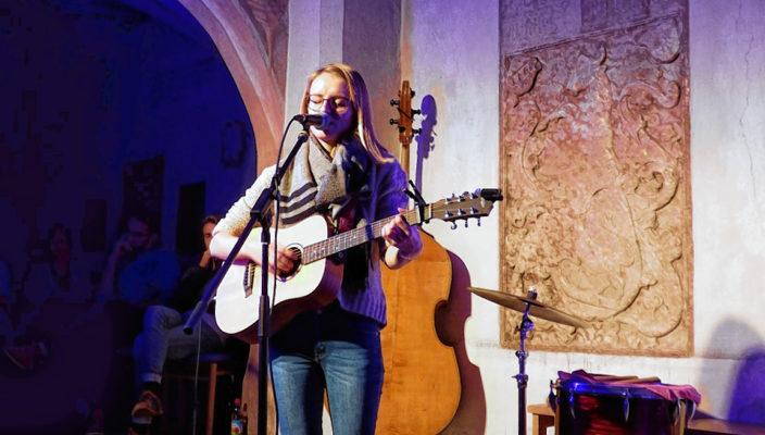 Katharina Neumeier erzählt in selbstgeschriebenen Liedern vom Leben und Lieben.
