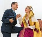 Leutnant Stasnik (Matthias Feichtner) hat eine Affäre mit der Schauspielerin Maria Tura (Rita Aß). Foto: Berger
