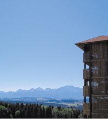 Freie Aussicht auf den Chiemgau im Erlebnisspielplatz auf der Ratzinger Höhe.