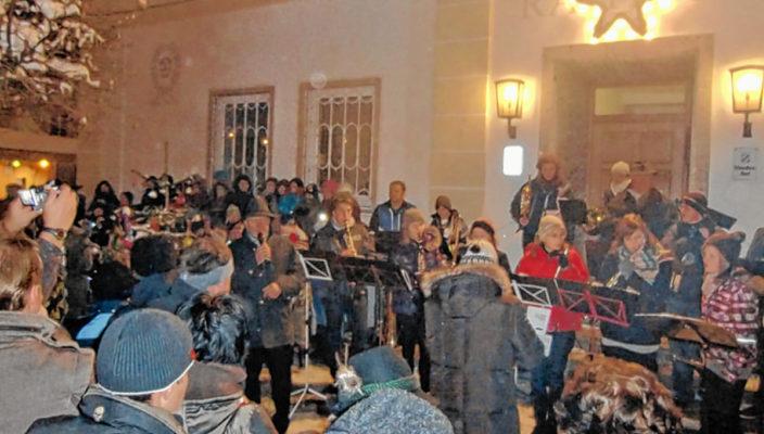 Der Rathausvorplatz ist auch in diesem Jahr wieder Treffpunkt zum gemeinsamen Advent-Feiern.