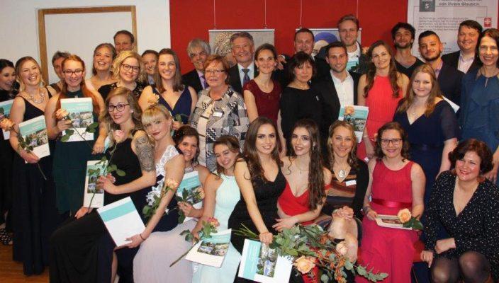 Geschafft! Die glücklichen Absolventen feierten gemeinsam mit dem Schul- und Klinikteam ihre bestandenen Examen. Foto: RoMed Kliniken