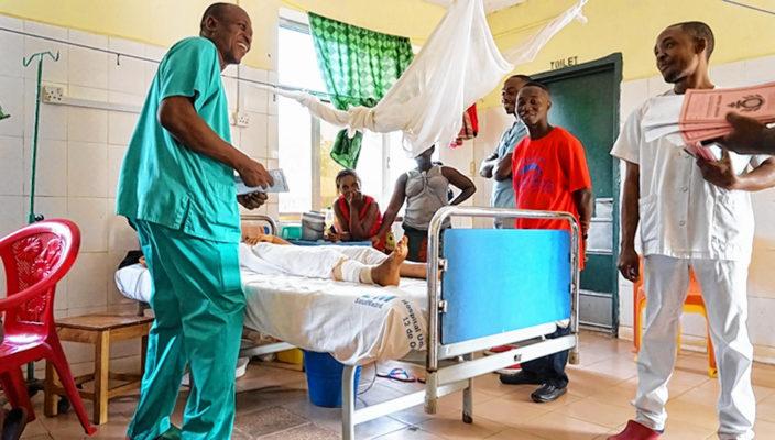 Ärztliche Visite und Besuch eines Patienten in Sierra Leone.