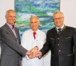 Hauptgeschäftsführer Günther Pfaffeneder (links), medizinischer Direktor Priv.-Doz. Dr. Christoph Knothe und Geschäftsführer Christian Mauritz (rechts).