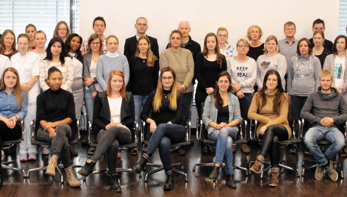 Personaldirektor Hans Daxlberger, stehend Erster von rechts, begrüßte die neuen Kollegen und Kolleginnen.