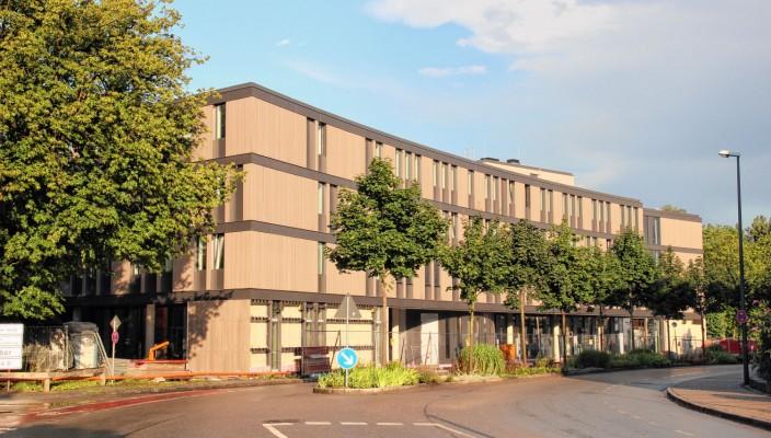 Einen markanten baulichen Akzent setzt das neue Dienstleistungs- und Schulungszentrum am RoMed-Klinikum Rosenheim in der Schönfeldstraße.