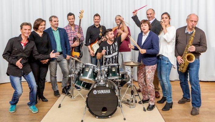 Von links: Gregor Bürger (Saxophon), Susi Weiss (Klavier), Peter Rutz (Geschäftsführender Vorsitzender), Bernhard Lackner (E-Bass), Daniel Behnke (E-Gitarre), Csaba Schmitz (Schlagzeug), Peter Berthold (E-Gitarre), Barbara Öttl (Schlagzeug), Werner Kaiser (Schlagzeug), Maximiliane Rubner (Gesang), Bernhard Schmid (Saxophon).