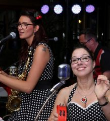 "Die Band ""Rock'n'Roll & Petticoats"" versetzt Zuhörer in vergangene Zeiten."
