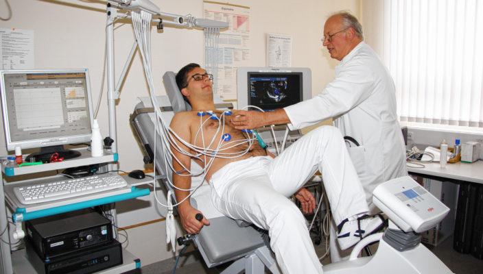 Dr. Hubertus Heereman bei der Untersuchung. Die Stressechocardiographie trägt zur Diagnosesicherung von Herzerkrankungen bei.