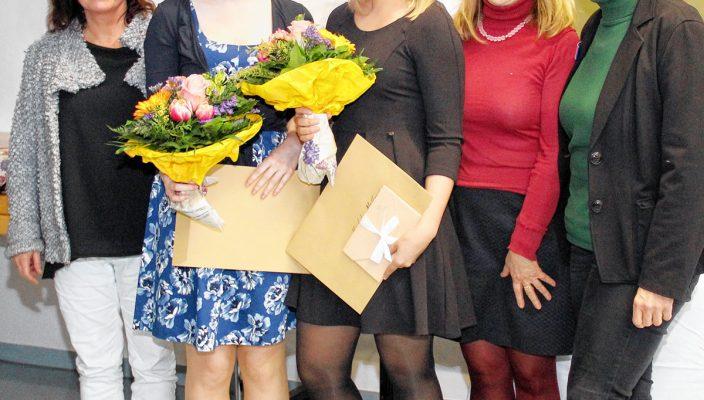 Große Freude herrschte bei der Staatspreisverleihung (von links): Schulleiterin Barbara Weis, die Staatspreisträgerinnen Sophia Kraus und Kimberly Mollnar, stellvertretende Schulleiterin Sybilla Liebmann sowie stellvertretende Landrätin und stellvertretende Pflegedirektorin Andrea Rosner