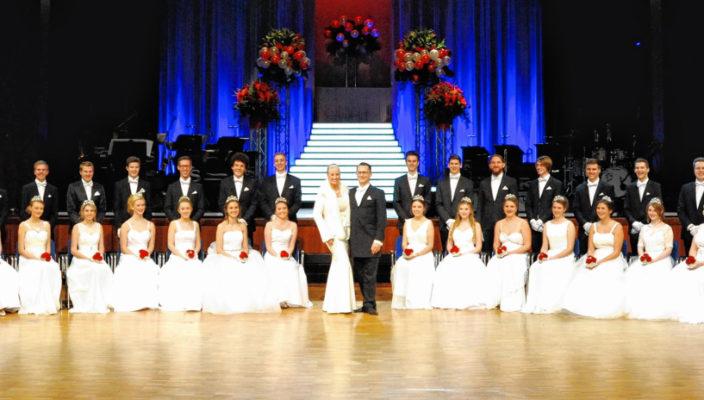 Die 22 Debütantenpaare des Rosenballs mit den Tanzlehrern Christine und Zoltan Kesmarki.