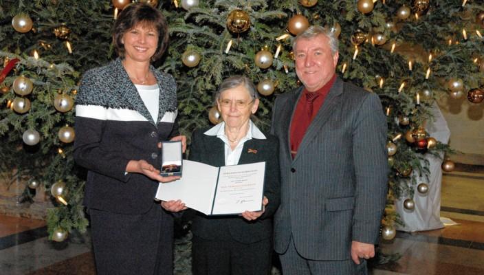 Rosine Majer, Hausfrau aus Bruckmühl, wurde am 16. Dezember das Verdienstkreuz am Bande des Verdienstordens der Bundesrepublik Deutschland durch die stellvertretende Ministerpräsidentin Ilse Aigner verliehen. Im Kuppelsaal der Staatskanzlei fand die Feierstunde statt, zu der auch Bruckmühls Bürgermeister Franz X. Heinritzi gekommen war. Die heute 74-jährige Rosine Majer erhielt die hohe Auszeichnung für ihre hohe Pflegeleistung, die sie seit ihrem 19. Lebensjahr für ihre Familienangehörigen verrichtet. Ihre persönlichen Bedürfnisse wie Heirat und Familiengründung stellte sie dabei immer in den Hintergrund.