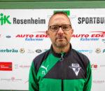"""Bei den Fußballern des SB/DJK Rosenheim hat es einen überraschenden Wechsel an der Spitze der Abteilungsleitung gegeben. Rainer Pastätter hat mit sofortiger Wirkung sein Amt zur Verfügung gestellt. Berufliche Gründe seien für diesen Schritt ausschlaggebend gewesen, teilte Pastätter Mannschaft, Trainern und Funktionärskollegen mit. """"Ich bin beruflich den Weg in die Selbstständigkeit gegangen und habe festgestellt, dass ich das Amt dadurch zeitlich nicht mehr so führen kann, wie es gerade in dieser schwierigen Situation notwendig ist"""", begründete Pastätter seinen Schritt. Er war über mehrere Jahre stellvertretender Abteilungsleiter bei den SBR-Fußballern und hatte den Führungsposten im November 2015 übernommen. An seine Stelle tritt nun Thomas Leppert, der seit November 2015 stellvertretender Abteilungsleiter war. Leppert war und ist seit mehr als zehn Jahren als Nachwuchstrainer bei den Sportbund-Fußballern aktiv und ist auch seit mehreren Jahren in der Jugendleitung. Zuletzt war er auch erster Jugendleiter. Sein primäres Ziel ist es, den Verein """"wieder in ruhigere Fahrwasser zu bringen"""", immerhin spielt die erste Mannschaft in der Landesliga gegen den Abstieg. Zur neuen Saison gelte es, der Abteilung bis zu den Neuwahlen im November wieder ein festes Fundament zu verpassen. """"Festes Fundament"""" Unterstützung erhält Leppert von Thomas Neumeier, der nun wieder den Posten des ersten Jugendleiters übernimmt und dadurch auch als kommissarischer Stellvertreter in die Abteilungsleitung aufrücken soll."""