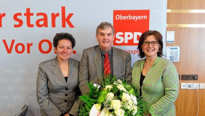 Der SPD Bezirk Oberbayern hat neu gewählt. Ewald Schurer (Bildmitte) aus Ebersberg wurde als Bezirksvorsitzender in seinem Amt erneut bestätigt. Aus den Reihen der Rosenheimer SPD wurden gleich drei Kandidaten mit einem hervorragenden Wahlergebnis von jeweils über 90 Prozent in den Bezirksvorstand gewählt: Maria Noichl (Bild rechts), Europaabgeordnete aus dem SPD Unterbezirk Rosenheim Stadt, ist erneut in den geschäftsführenden Vorstand gewählt worden.