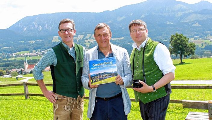 Klaus Förg vom Rosenheimer Verlagshaus, Bildmitte, freut sich mit Bürgermeister Georg Huber, links, und Fotograf Rainer Nitzsche, rechts, über den ersten Samerberger Bildband. Foto: hö
