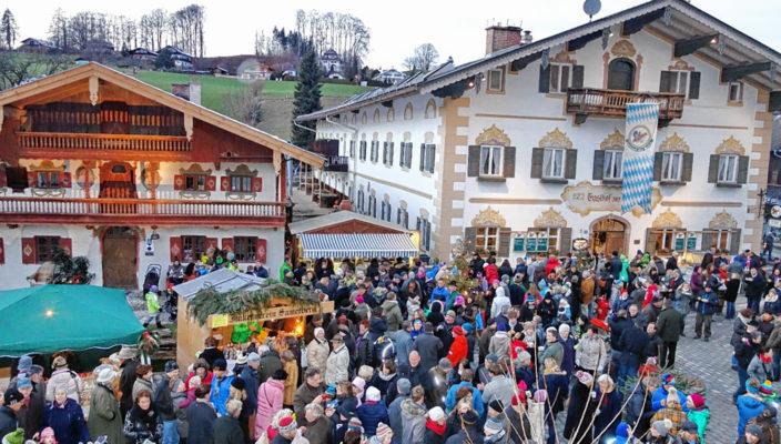 Eindrücke vom Dorf-Advent auf dem Samerberg mit Blick vom Rathaus zum Gasthof Zur Post. Foto: hö