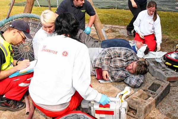 Praxisnahe Ausbildung beim Sanitäter-Kurs der Johanniter. Foto: Johanniter/Gerhard Bieber
