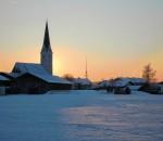 Blick auf das winterliche Pfaffenhofen: Der Pfarrverband Pfaffenhofen-Hochstätt entzündet symbolisch vier Lichter für den Advent in der Gemeinde. Foto: Ellermayer