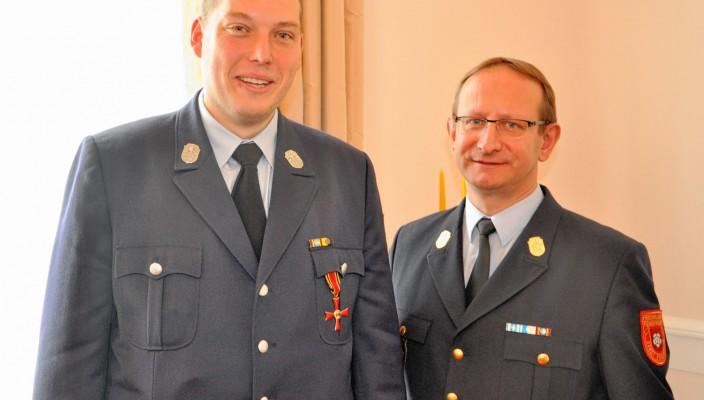 Philipp Schildbach (links) nach der Ehrung in Berlin mit dem Rosenheimer Stadtbrandrat Hans Meyrl.