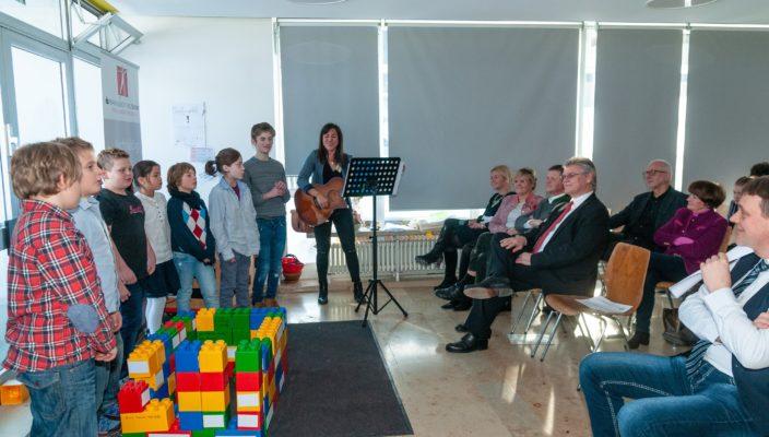 Die Schüler der Mittelstufe beim Festakt zum fünften Geburtstag der Privaten Schulen Oberaudorf-Inntal. Zu den Ehrengästen zählte auch der Vize-Präsident des Bayerischen Bezirkstags, Rainer Schneider.