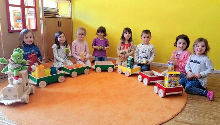 Carolin, Lilith, Fini, Anna, Sissi, Vitus, Eliza und Leonie lernen welche Lebensmittel Jolinchen mit seinem Zug transportiert.