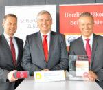 Freuen sich über eine positive Jahresbilanz der Sparkasse: Vorstandsvorsitzender Alfons Maierthaler (Mitte) mit den Vorstandsmitgliedern Karl Göpfert (links) und Harald Kraus (rechts).