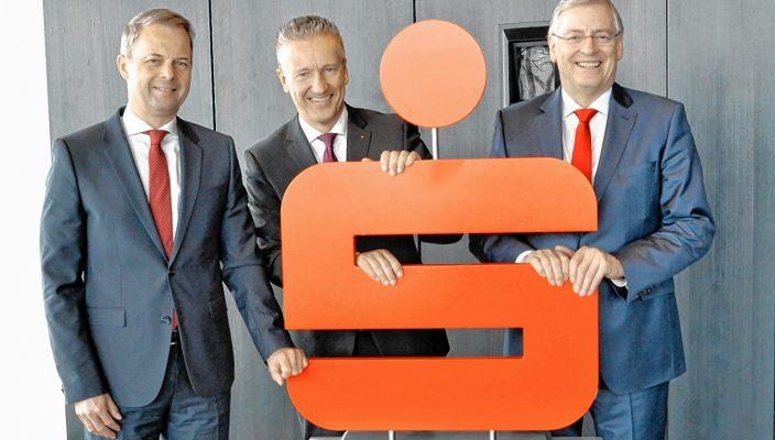 Freuen sich über ein gutes Geschäftsjahr 2017 der Sparkasse Rosenheim-Bad Aibling, von rechts: Vorstandsvorsitzender Alfons Maierthaler mit den Vorstandsmitgliedern Harald Kraus und Karl Göpfert.