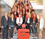 Erstes Foto als Sparkassen-Kollegen: Die 33 neuen Auszubildenden der Sparkasse Rosenheim-Bad Aibling mit Vorstandsvorsitzendem Alfons Maierthaler und Ausbildungsleiterin Kerstin Flötzl (links) sowie Christine Wunsam, Leiterin der Personalbetreuung (rechts).