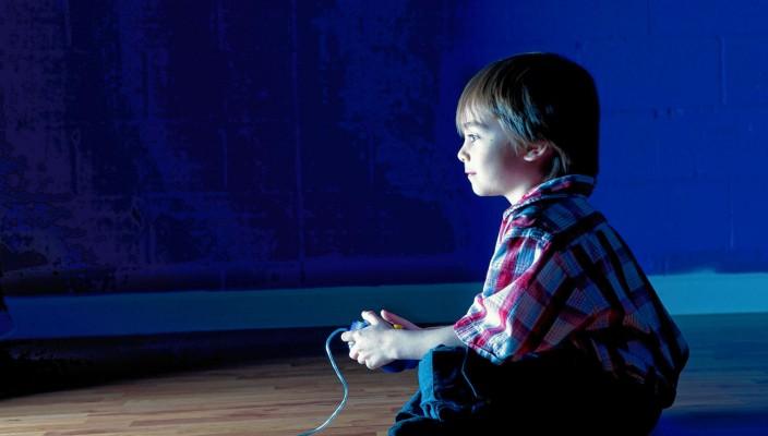 """Wann wird Medienkonsum in der Familie zur Gefahr? Aufschluss darüber erhalten interessierte Eltern beim Infonachmittag von """"neon"""" und den Sparkassenstiftungen am 17. Oktober. Foto: iStockphoto"""