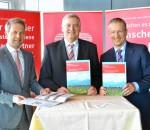 Vorstandsvorsitzender Alfons Maierthaler (Mitte) und seine Vorstandskollegen Karl Göpfert (links) und Harald Kraus (rechts) präsentieren den Nachhaltigkeitsbericht.