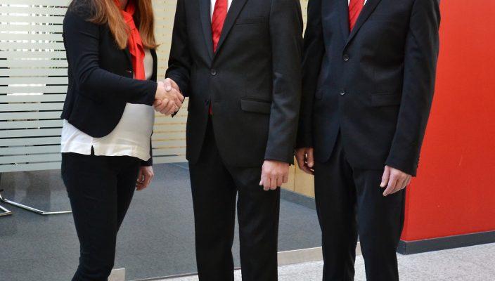 Übergeben die Sparkassen-Geschäftsstelle in Raubling an Christian Knoblich (Mitte): Margit Benda und Gebietsdirektor Stephan Donderer heißen den neuen Leiter herzlich willkommen.