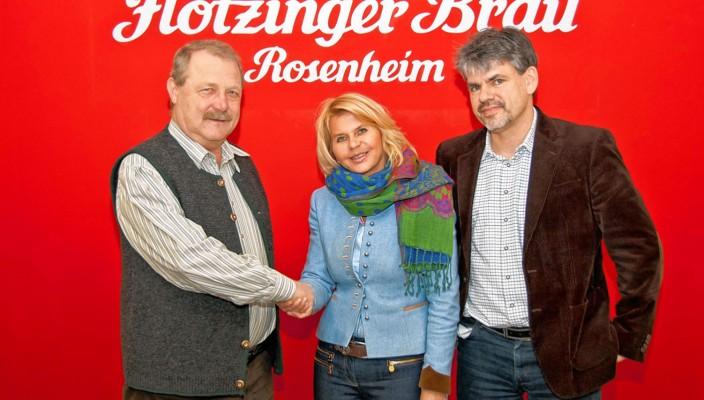 Bei der Spendenübergabe (von links): Walter Weinzierl, Erster Kassier Bayerischer Trachtenverband, Marisa Steegmüller und Wolfgang Dichtl, Prokurist.