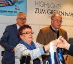 Tatkräftige Unterstützung beim Verkauf: Landrat Wolfgang Berthaler (rechts) sowie Filialgeschäftsführer Matthias Ecke und Christine Scheimgraber von Karstadt.