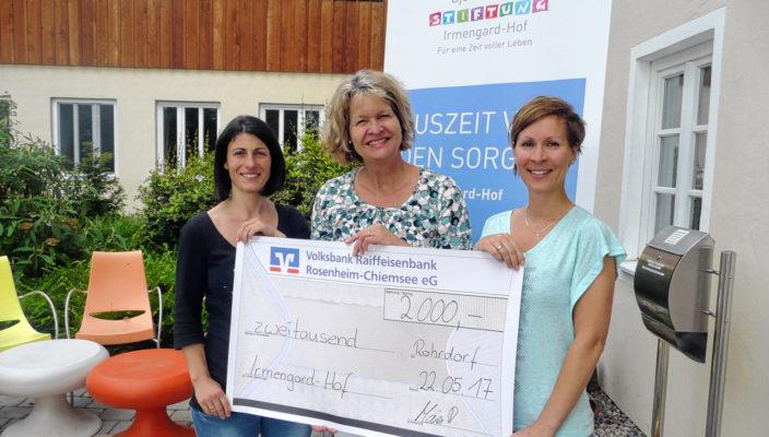 Große Freude bei der Spendenübergabe (von links): Ramona Maier (Vereinsvorstand Groß für Klein Rohrdorf e.V.), Corinna Noack-Aetopulos (Irmengard-Hof Marketing), Marion Forstner (Vereinsmitglied).