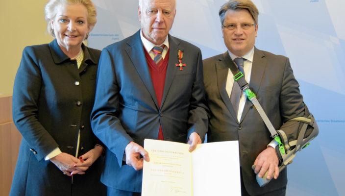 Eine hohe Auszeichnung, von links: Oberbürgermeisterin Gabriele Bauer, Dr. Sebastian Spiegelberger und Prof. Dr. Winfried Bausback.